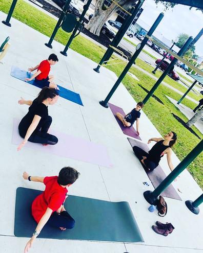 Cours de yoga enfants en extérieur