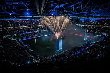 Un feu d'artifice dans un stade de football