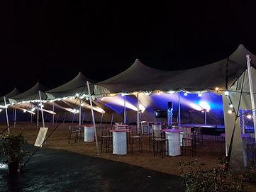 Une mise en lumière sous des tentes