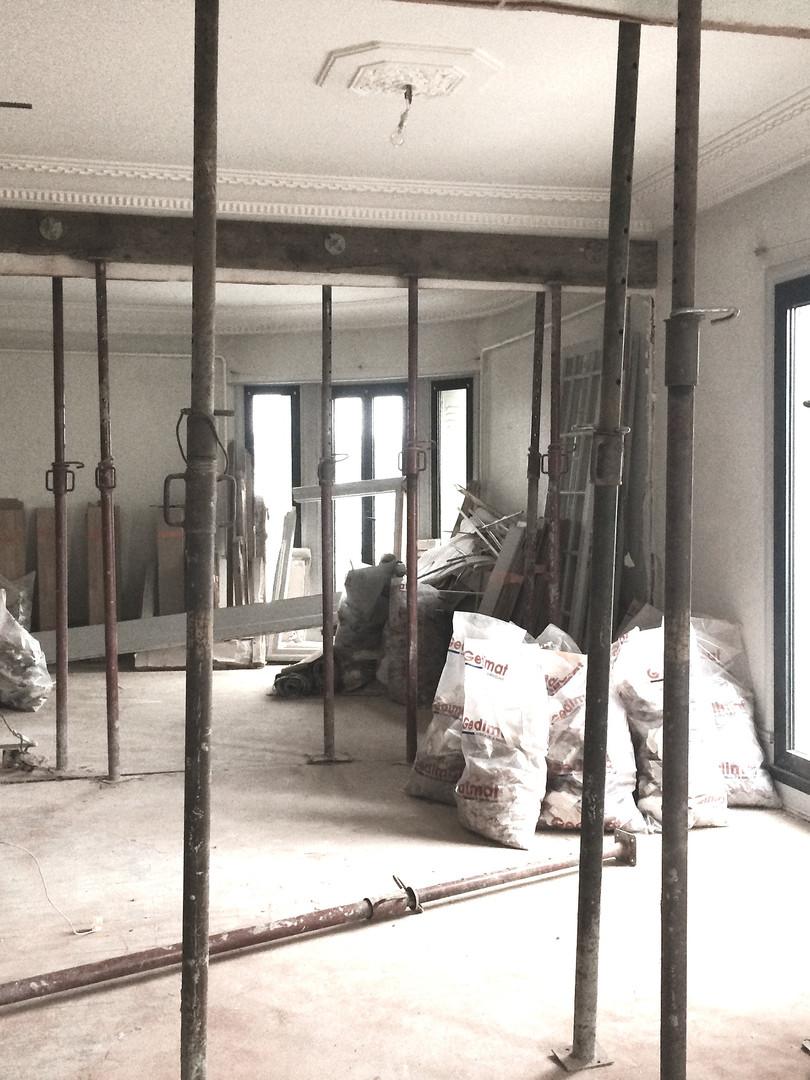 Rénovation d'un appartement à Annecy, immeuble Art Déco construit en 1933 Ouverture des cloisons et mise à nu de la structure métallique cachée dans les cloisonnements existants