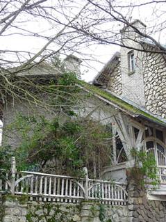 Projet d'Etude : restauration du Chalet Blanc d'Hector Guimard Photo actuelle du Chalet Blanc, construit en 1908. L'architecte a dessiné également la clôture et le jardin, qui ont été transformé ultérieurement. Les ouvrages de fonte, dessinés par Guimard, proviennent des fonderies de Saint-Dizier.