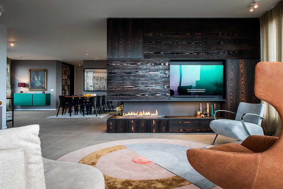 interior design shou sugi ban wooden panelling fireplace bio ethanol bliss carpet mae engelgeer cc-tapis openhaard design interieur