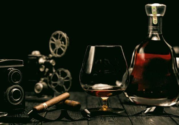 verre-cognac-cigare-table-bois_140725-2126_edited.jpg