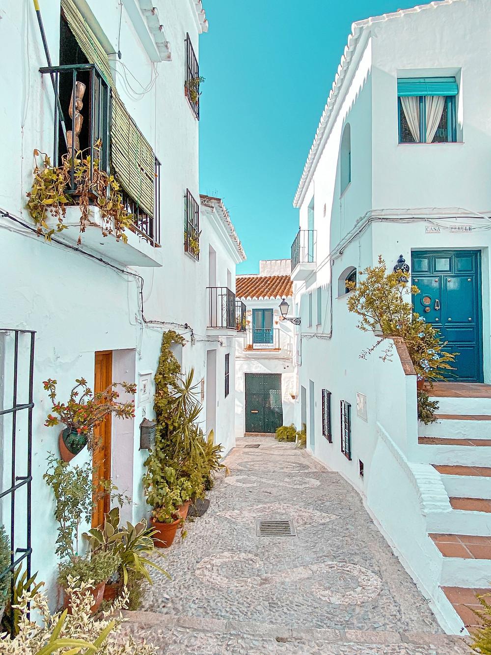 Frigiliana, flores, calle, pueblo blanco, Andalucía