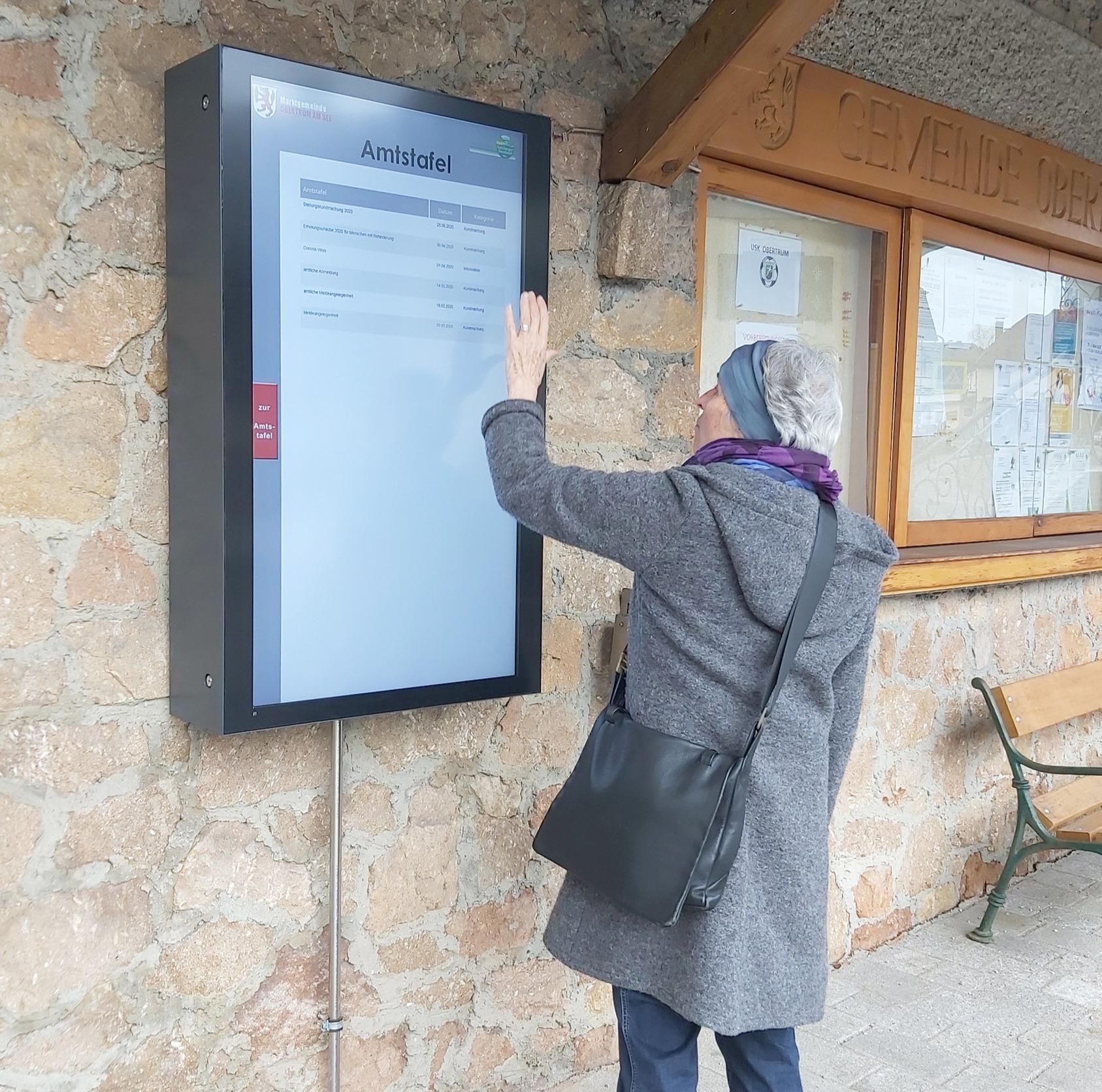 Digitale Amtstafel hochformat in Obertrum Kirchenmauer