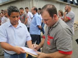 Metalúrgicos de Guarulhos coletamassinaturas contra reforma da Previdência