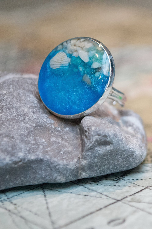 Large circular beach 20mm adjustable resin ring with real shells, sand and waves