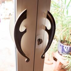 Porte-fenêtre avec serrure et poignée unique forgée
