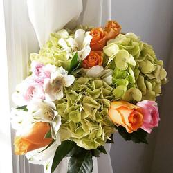 ☉🌸⚘🌹#springvibes #hydrangea #roses #ranunculus #alstroemeria