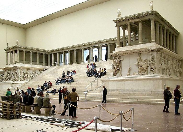 1000px-Pergamonmuseum_Pergamonaltar.jpg