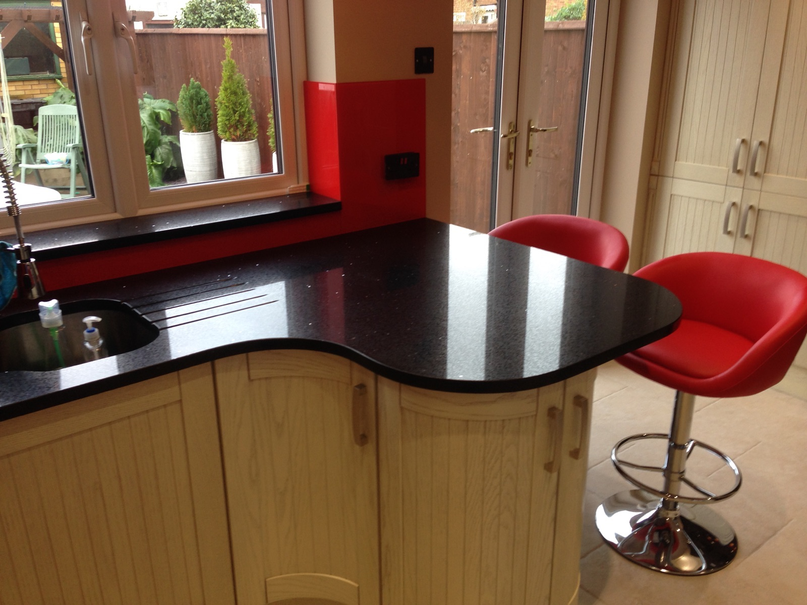 Black Graite woktop and red glass splashback in London (4)