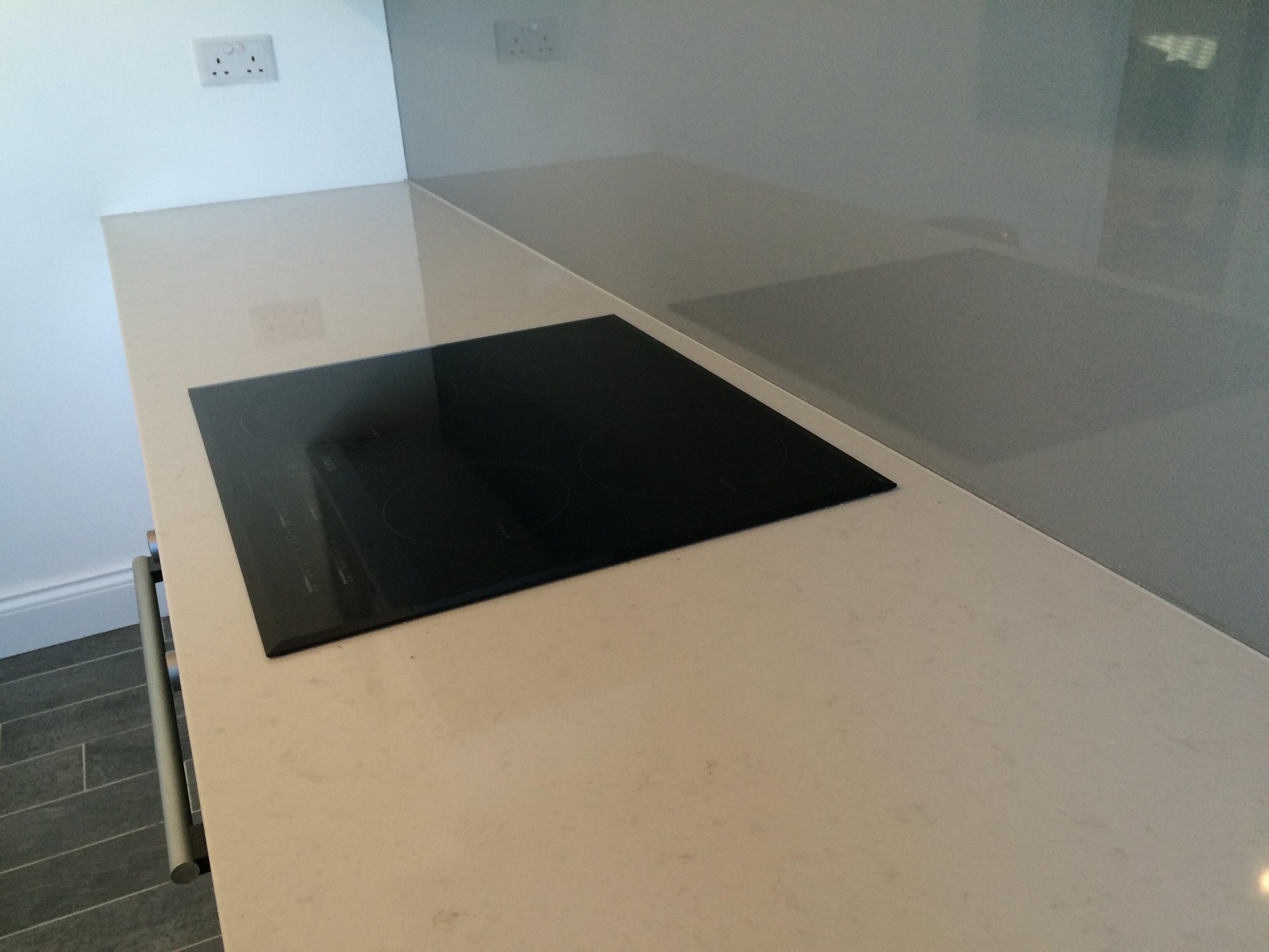 Marble look quartz kitchen wokrtop in N1 London and glass splashback(1)