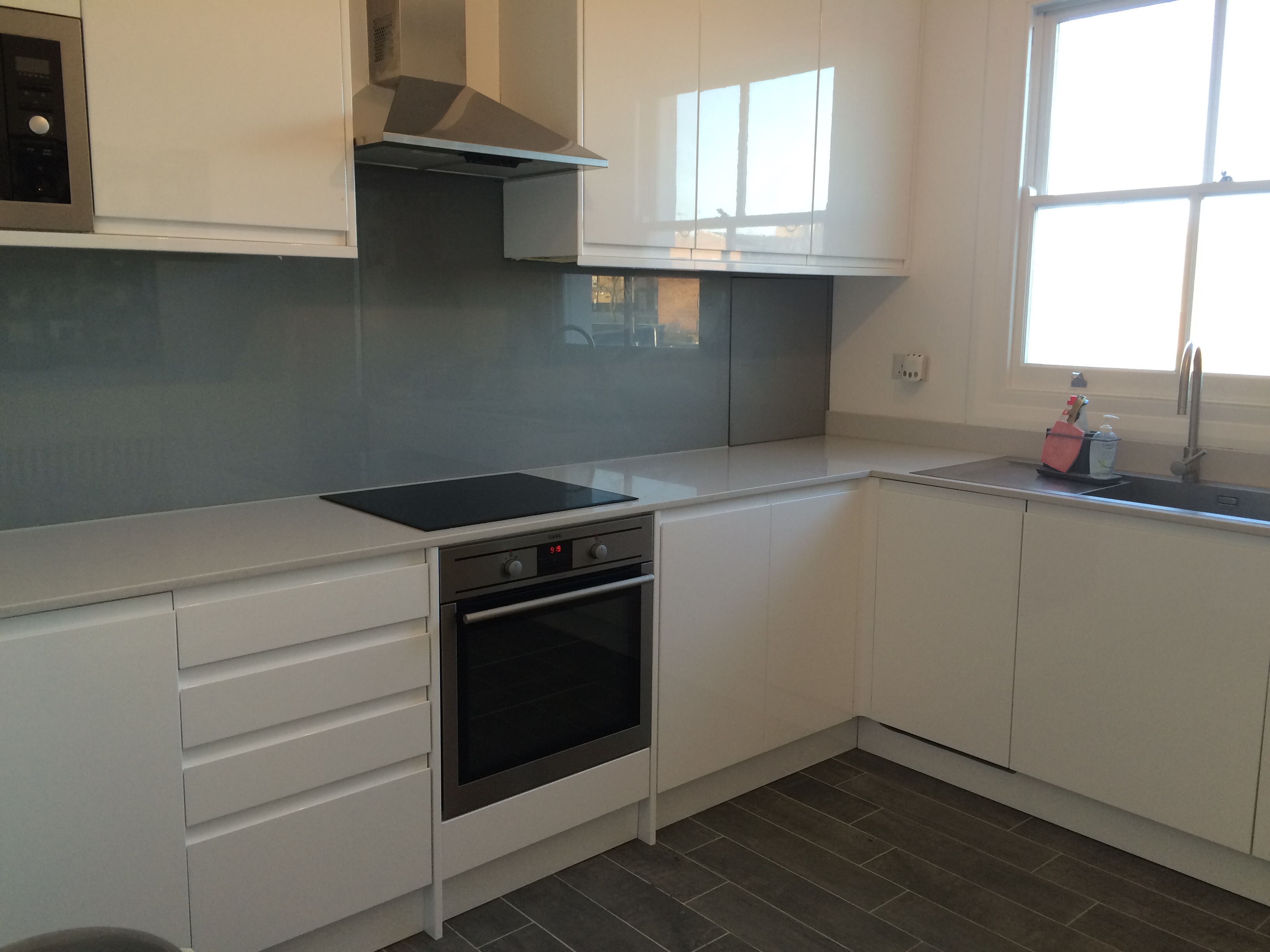 Marble look quartz kitchen wokrtop in N1 London and glass splashback(3)