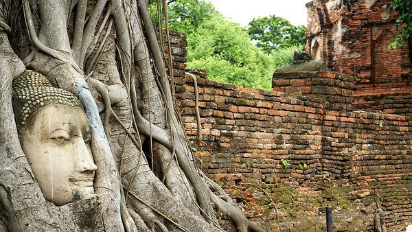 アユタヤのワット・マハータート。木の根のブッダで有名なのはココ。