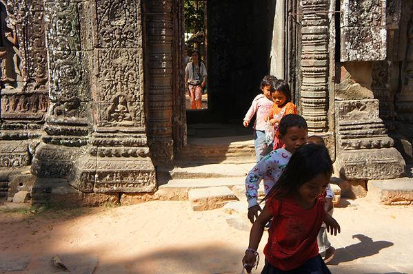 カンボジアのアンコールワット遺跡群には子供たちの姿がいっぱい!バックパッカーはヤ
