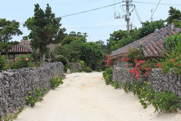 沖縄の伝統集落が美しいままに残るのは、竹富島くらい。