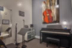 Une salle d'enseignement du piano et du chant dans une école de musique.