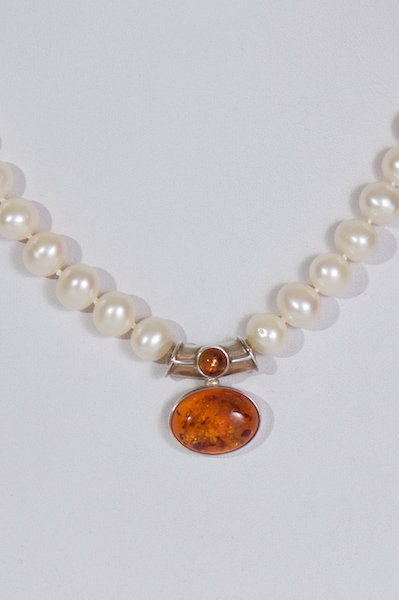678  Pearls with amber centrepiece