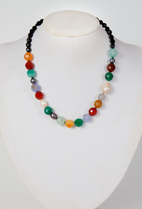 845 - Facetted agate, pearls and black crystals