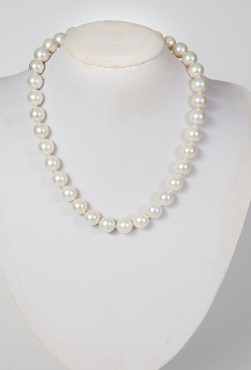 812 - Medium white shell based pearls