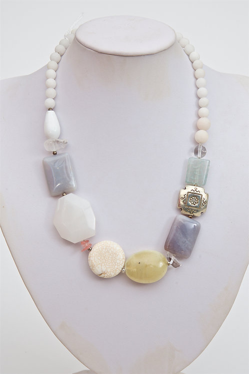 761 - Mixed agate stones and silver