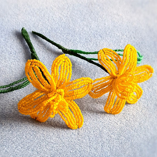 Learn to mak these beautiful French-beaded & wired daffodils with top tutor Sarah Payne!