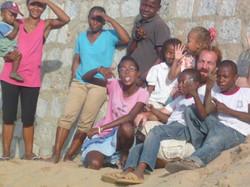 il volontario Francesco con i bimbi