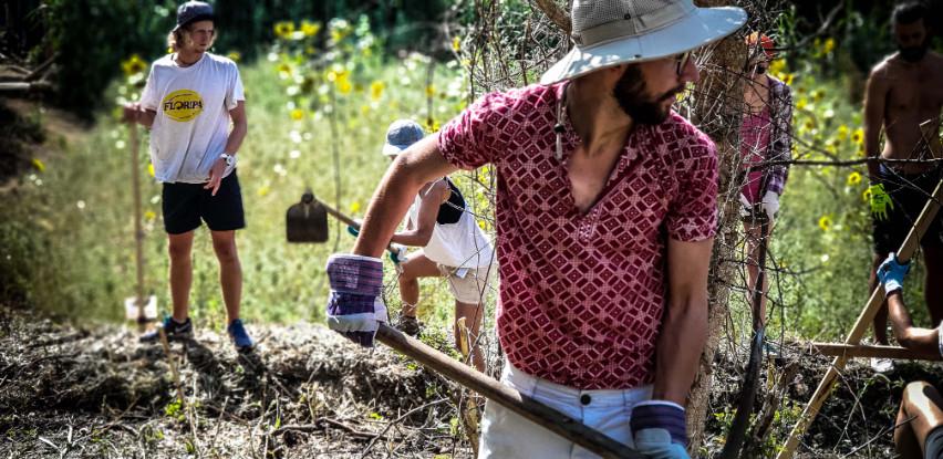 student-digging-terra-alta-portugal.jpg