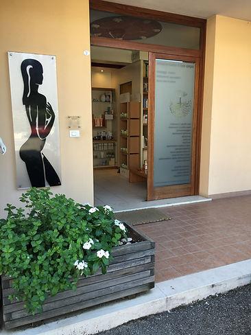 Entrata Body Center Emotions a Dueville ( Vicenza ) Centro estetico e benessere specializzato in trattamenti ayurvedici massaggi benessere trattamenti corpo altamente specializzati trattamenti viso professionali mirati alle problematiche specifiche come rughe rilassamento cutaneo acne couperose trattamenti di estetica come epilazione laser e brasiliana manicure e pedicure