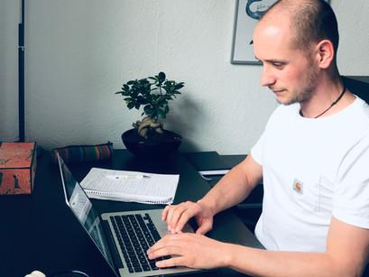 Dominik unterstützt Kunden während des Home Office per Mail und Videochat