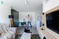 Sala de estar e jantar integradas com uma cristaleira verde
