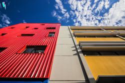 fachada de escola, linear e com cores vibrantes
