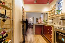 cozinha de compensado naval, concreto e melamina roxo
