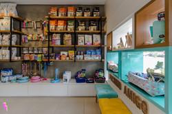 Prateleiras com produtos e vitrine de uma pet shop