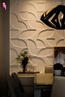 Detalhe de sala de jantar, mostrando o lustre e desfocado, o revestimento 3D