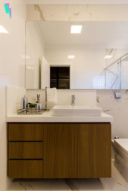 Armário de banheiro em madeira e branco