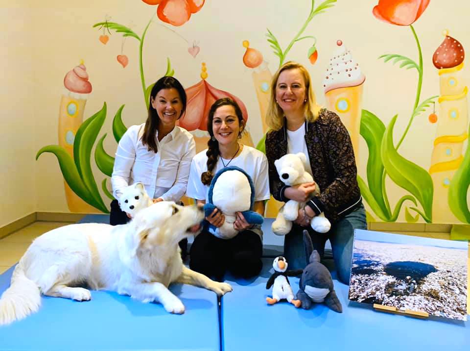 v.l.: Angela Fedlmeier, Silke Heiser (Polli und das Plastik) und Doris Greinert  mit Therapiehund Sunny