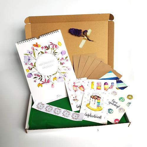 Giftbox met een verjaardagskalender, kaarten, sluitstickers en enveloppen
