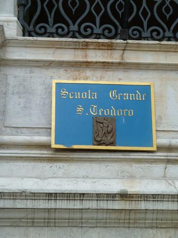 Placa señalando la Scuola Grande