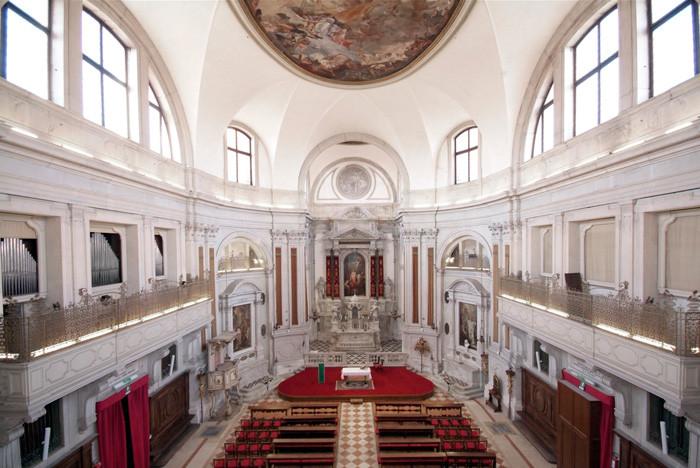 Interior de la iglesia de la Pietá. En los laterales los balcones con las las verjas para los coros.