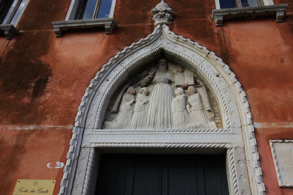 Detalle de la luneta con San Agustín en medio de los frailes de su orden orando