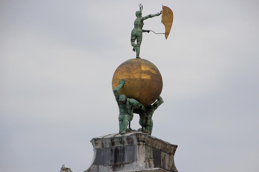 El grupo escultórico que remata la construcción y simboliza la variabilidad de la Fortuna