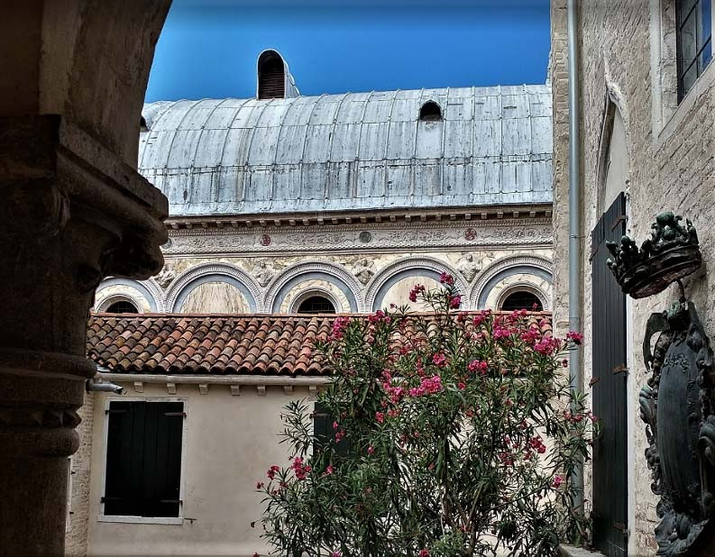 El segundo patio con vistas a las cubiertas de la iglesia dei MIracoli
