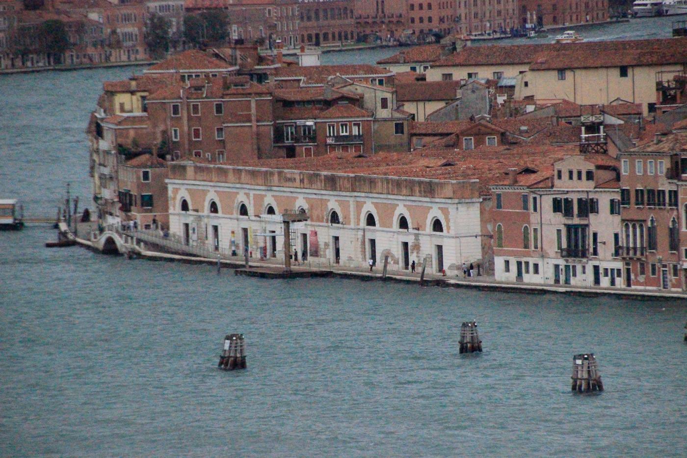 El canal de la Giudecca con los almacenes de sal