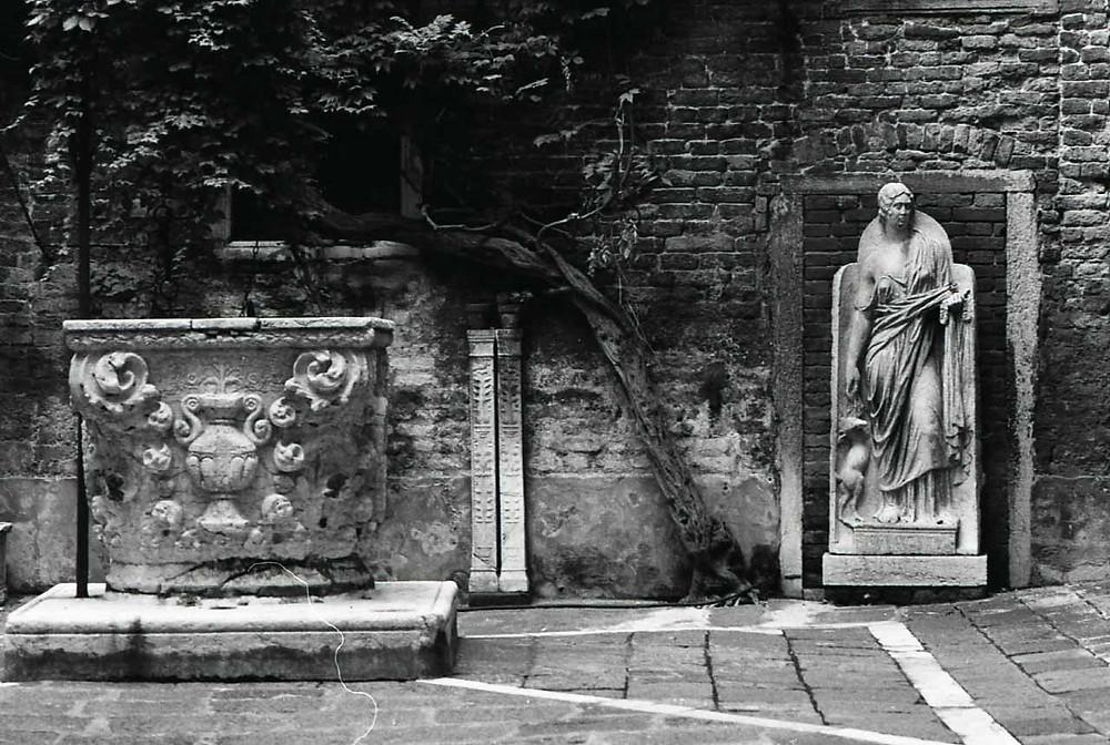 Pozo y escultura Foto: Paolo Monti, CC BY-SA 4.0 <https://creativecommons.org/licenses/by-sa/4.0>, via Wikimedia Commons