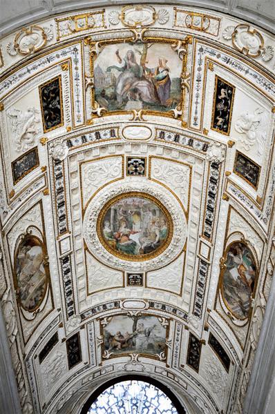 La escalera monumental. Foto: Palgri, CC BY-SA 4.0 <https://creativecommons.org/licenses/by-sa/4.0>, via Wikimedia Commons
