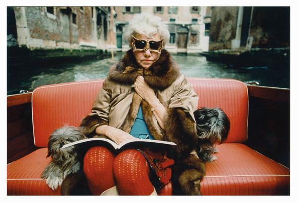 Peggy en su góndola con dos de sus perros. Foto: Stefan Moses