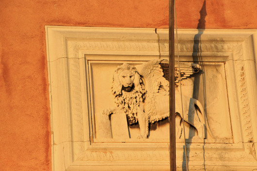 El León de Venecia en la fachada