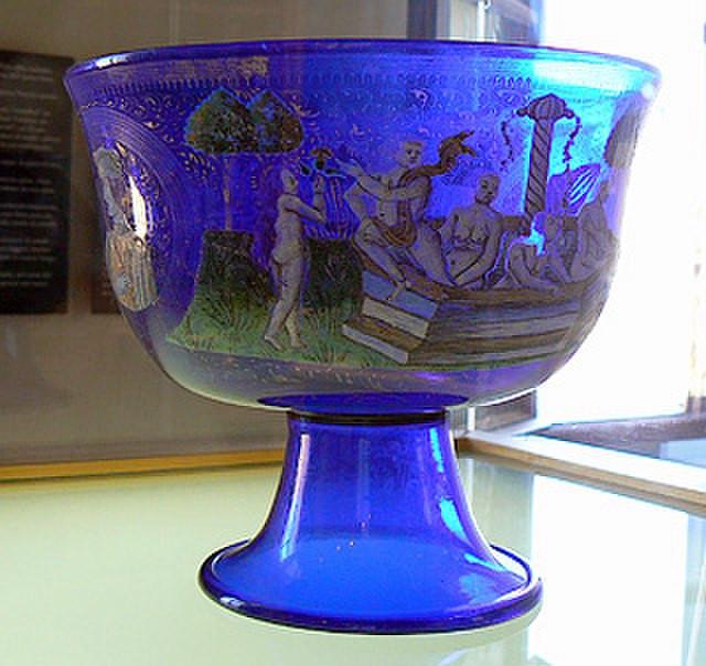 """La """"copa de boda Barovier"""" de vidrio azul con esmaltes y decoraciones doradas fechada en 1450, ahora en el museo del vidrio de Murano, el objeto más famoso entre las obras maestras de vidrio del Renacimiento."""