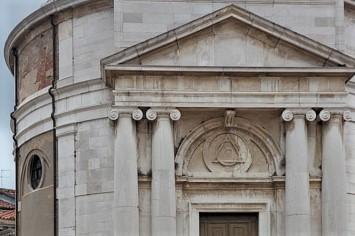 Los símbolos masónicos sobre la puerta de entrada de la iglesia della Maddalena